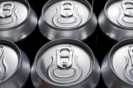 Gruppe aus einer Aluminium-Dose Limo