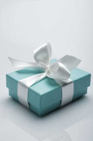 small turquoise box tied with a white ribbon 에디토리얼