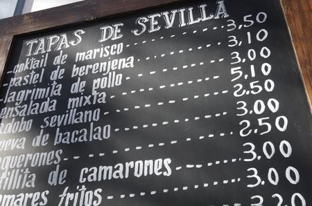 tapas espa�olas: primer plano de un cartel del men� en un restaurante t�pico espa�ol, Sevilla, Andaluc�a, Espa�a