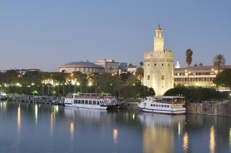 グアダルキ ビール川、セビリア、アンダルシア、スペインの銀行に金のタワーの眺め