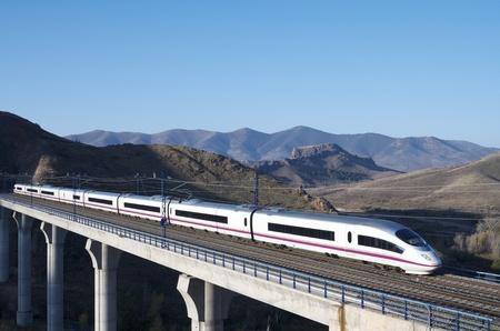 estacion de tren: Vista de un tren de alta velocidad de paso de un viaducto en Purroy, Zaragoza, Arag�n, Espa�a; AVE Madrid Barcelona