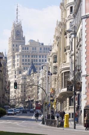 edificación: Madrid, Espa�a - 22 de febrero de 2012: Una vista de la calle conocida como la Gran V�a, una de las calles m�s transitadas de la ciudad y viaj� a diario por miles de turistas Editorial