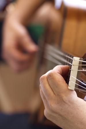 コンサートの間にスペインのギターのクローズ アップ