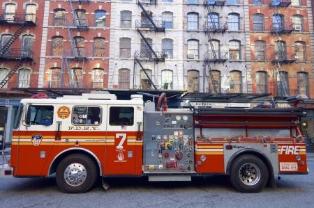 Nueva York, EE.UU. - 31 de diciembre de 2007: Un cami�n de bomberos del Departamento de Nueva York fuego est� estacionado en una calle de Manhattan.