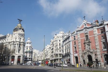 reiste: Madrid, Spanien - 22. M�rz 2012: Ein Blick auf die Stra�e, als Gran Via, einer der belebtesten Stra�en der Stadt und reiste t�glich von Tausenden von Touristen bekannt. Von den Geb�uden steht das Geb�ude als Metropolis bekannt