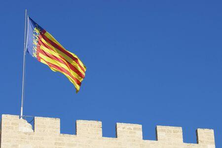 autonomic: prima linea nella bandiera della Comunidad de Valencia in una delle torri della citt� vecchia, Valencia, Spagna