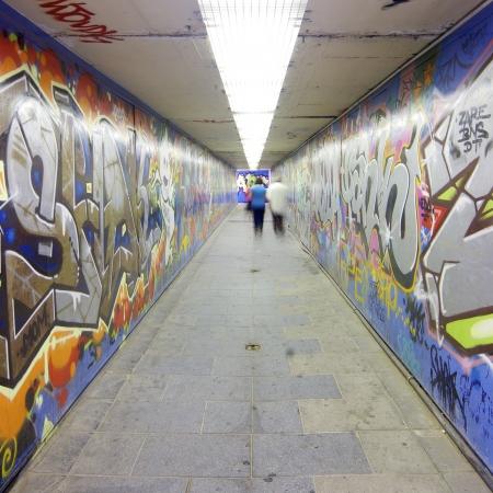 graffiti brown: grafitti en un t�nel peatonal, Madrid, Espa�a Editorial