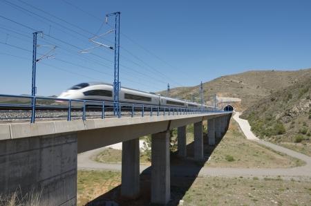 Bubierca, サラゴサ, アラゴン, スペイン; 高架橋を横断高速鉄道のビューAVE マドリード バルセロナ 報道画像