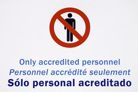 no pase: personal autorizado firmar, en Inglés, Francés y Español Foto de archivo