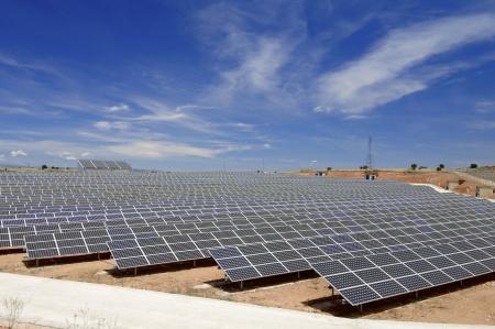 Blick auf ein riesiges Solarfeld für erneuerbare Erzeugung von elektrischer Energie, Soria, Spanien