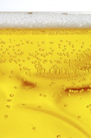 frothy: Close-up vista di una birra schiumosa e frizzante