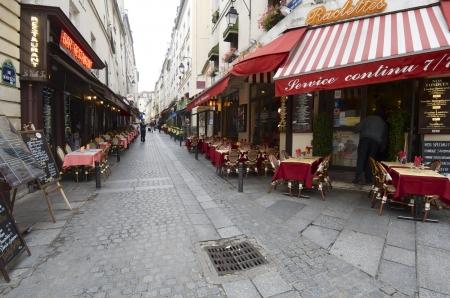パリ, フランス - 2011 年 10 月 10 日: 観光客のカフェやレストランで典型的な通りを歩いてします。