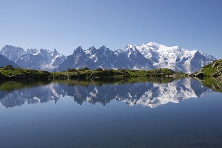 Monte Bianco riflette nel lago Cheserys, Massiccio del Monte Bianco, Alpi, Francia Archivio Fotografico