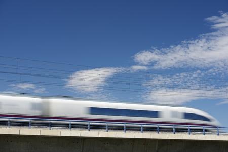 treno espresso: visualizzazione di un treno ad alta velocità attraversando un viadotto a El Burgo de Ebro, Saragozza, Aragona, Spagna. AVE Madrid Barcellona Archivio Fotografico