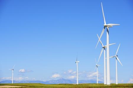 再生可能エネルギー生産のための風車のグループ 写真素材