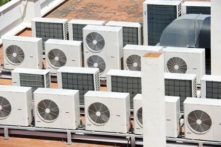 大規模な空調設備の建物の屋根の上を見る