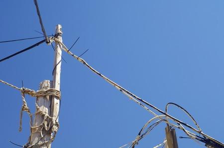 torres el�ctricas: Pilones de madera con cielo azul