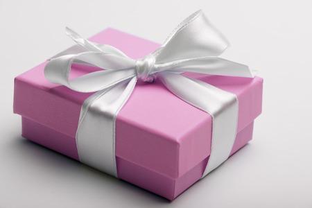 madre soltera: Caja de lujo atado con una cinta blanca.