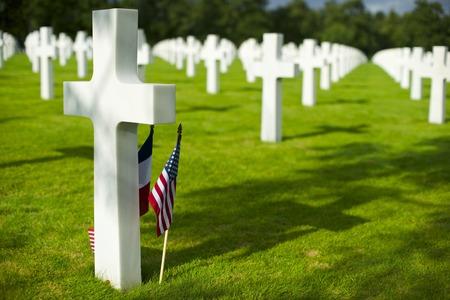 アメリカの墓地、Coleville ・ シュル ・ メール、オマハ ・ ビーチ、ノルマンディー、フランスで白を交差させます。