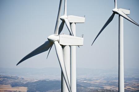 Molinos de viento para la producción de energía eléctrica renovable limpia, Aras, Navarra, España Foto de archivo - 38378335