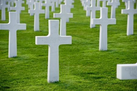 wojenne: Białe krzyże w American Cemetery, Coleville-sur-Mer, Omaha Beach, Normandia, Francja.
