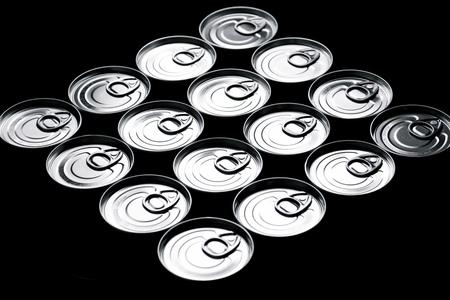 tiendas de comida: Primer plano de un grupo de latas de aluminio. Foto de archivo