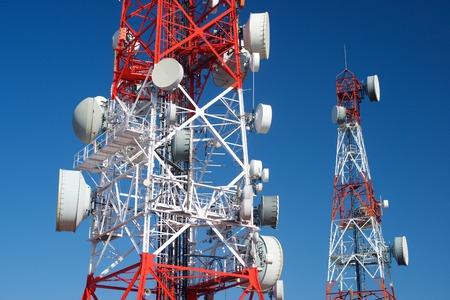 Torres de las telecomunicaciones con el cielo azul claro.