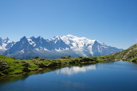 モンブラン映った Cheserys 湖、モンブラン、アルプス、フランス