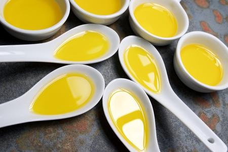 aceite de cocina: El aceite de oliva en una peque�a cucharas de porcelana.