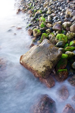 beach shingle: vista di una spiaggia di ciottoli a Madeira, Portogallo