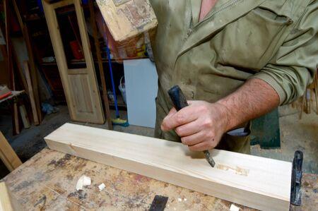 menuisier: Forefront des mains d'un travail de charpentier. Banque d'images