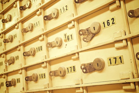 cuenta bancaria: Primer plano de un grupo de células en una caja fuerte del banco de edad.
