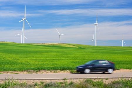 Windmolens voor stroomproductie en auto, Zaragoza provincie, Aragon, Spanje.