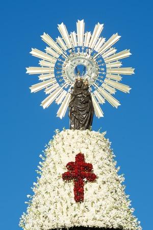 Manteau de fleurs sur la Virgen del Pilar. Offrant à la Virgen del Pilar, événement massif tenu à Saragosse en célébration de la Journée de l'espagnol et la découverte de l'Amérique. Saragosse, Aragon, Espagne. Banque d'images