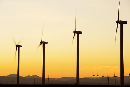 Windmolens voor stroomproductie bij zonsondergang, Zaragoza Province, Aragon, Spanje.