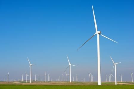 Molinos de viento para la producción de energía eléctrica, provincia de Zaragoza, Aragón, España Foto de archivo