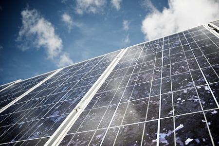 Szczegół panelu fotowoltaicznego do produkcji energii elektrycznej ze źródeł odnawialnych.