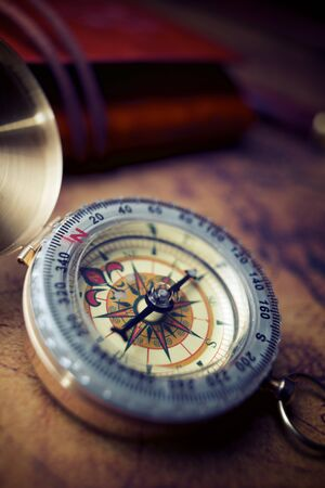 Boussole vintage et ancienne carte de navigation.