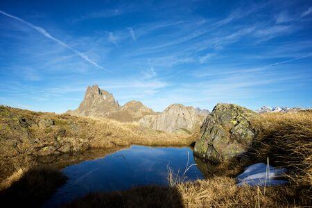 Midi Dossau Peak reflejado en un lago. Valle de Ossau, Parque Nacional de los Pirineos, Pirineos, Francia. Foto de archivo