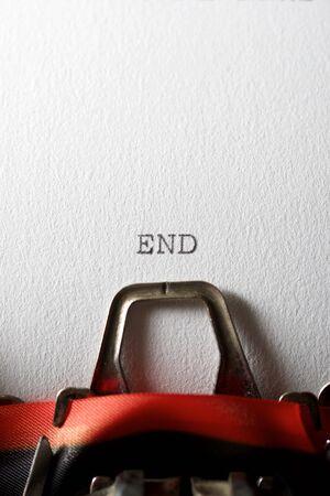 Het woord, einde, geschreven met een typemachine. Stockfoto
