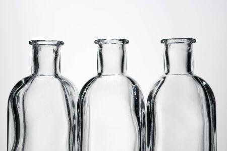 Glasflaschen und weißer Hintergrund. Standard-Bild