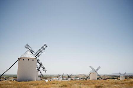Molinos de viento en Campo de Criptana, provincia de Ciudad Real, Castilla La Mancha, España. Foto de archivo