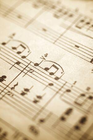 Primer plano de una vieja partitura musical.
