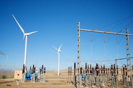 Wiatraki i podstacja elektryczna, prowincja Saragossa, Aragonia, Hiszpania.