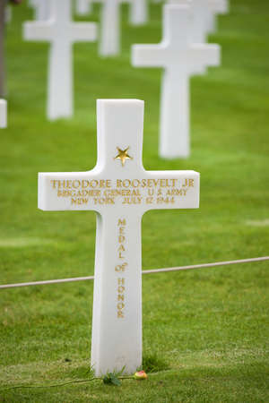 Coleville-sur-Mer, France - August 19, 2014: cross dedicated to Theodore Roosevelt in Omaha Beach, Normandy, France. 写真素材 - 143303836