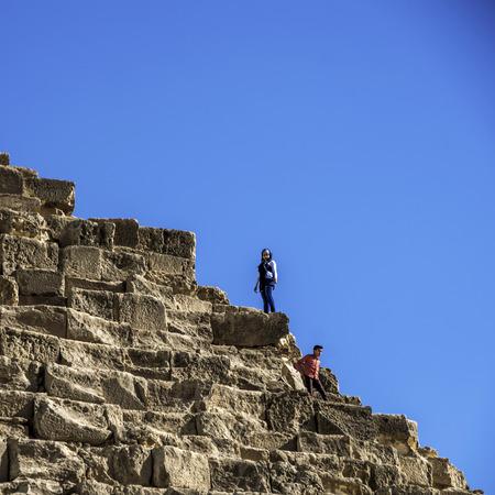 2015 년 12 월 4 일 카이로 -2005 년 12 월 4 일 : 외국 관광객이 급감하면서 피라미드에서 현지 이집트인 관광객이 대다수를 차지합니다. 에디토리얼