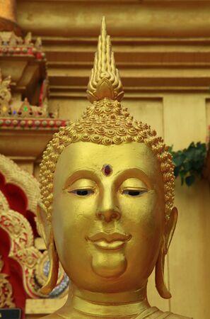 cabeza de buda: La cabeza de Buda de oro. Foto de archivo
