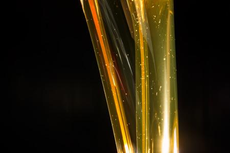 aceites: El aceite de motor de colada, aislados en negro