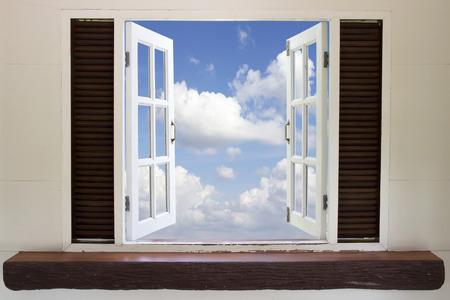 Ventana abierta en el cielo, Ventana abierta contra una pared el cielo y las nubes Foto de archivo - 33968992