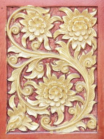 tallado en madera: Talla de oro antigua ventana de madera del templo de Tailandia; Vintage embarcaciones de madera de estilo tailandés Foto de archivo